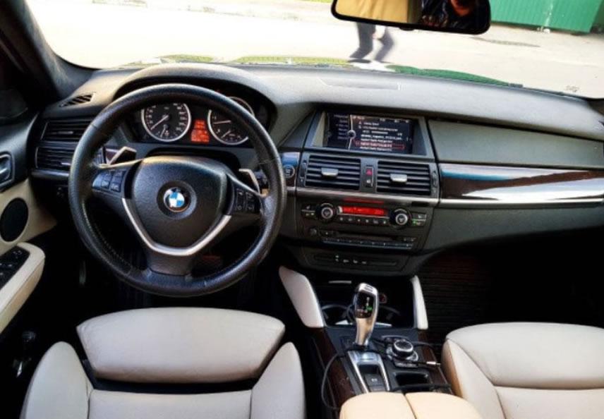 BMW X6 — среднеразмерный кроссовер, выпускаемый компанией BMW. Он сочетает в себе как признаки внедорожника (полный привод, большой дорожный просвет, большие колёса, тяговитый двигатель), так и признаки купе (сильный скос крыши в задней части автомобиля).
