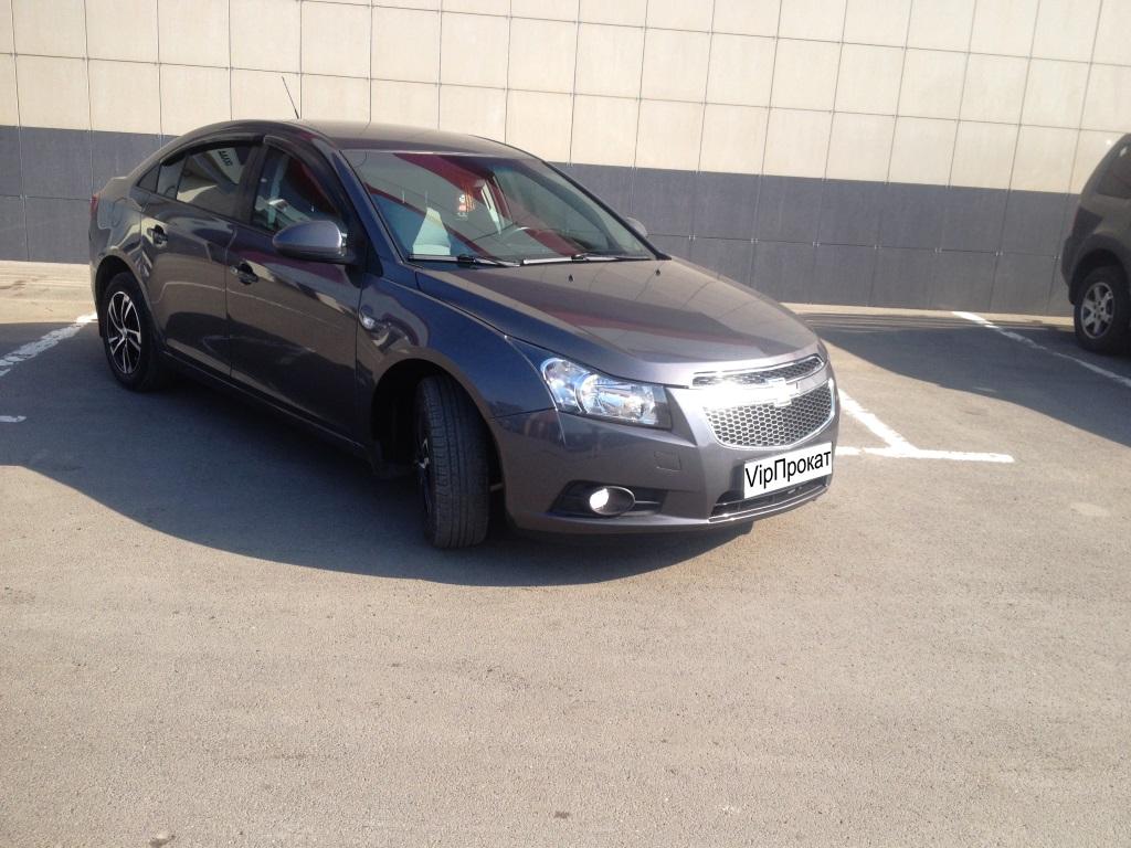 Chevrolet Cruze — глобальный проект General Motors, созданный под руководством Тевана Кима. Автомобиль пришёл на смену Chevrolet Lacetti. В основу автомобиля легла новая глобальная платформа Delta II, на которой построен Opel Astra J.